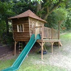 cabane en bois avec toboggan