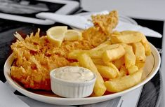 Beer Battered Fish and Chips Recipe British Fish And Chips, Best Fish And Chips, Fish And Chips Restaurant, Chinese Restaurant, Traditional English Food, Traditional Fish And Chips, British Dishes, Beer Battered Fish, Chips Recipe