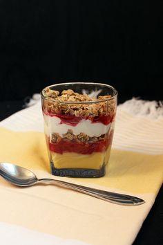 Parfait de frutilla, vainilla, yogurt y granola Granola, Pudding, Chocolates, Breakfast, Healthy, Sweet, Desserts, Fit, Salads