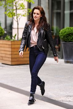 """Kristen Stewart shows off her rocker chick style as she leaves her hotel in New York City. The """"Twilight"""" actress rocked a funky pair of boots, skinny jeans, and a rolled off t-shirt revealing her belly button. Kristen Stewart, Winter Outfits, Cool Outfits, Biker Chic, Love Her Style, Dress To Impress, Casual Looks, Celebs, Celebrities"""