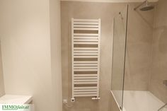 Badezimmer mit Wannenbad mit Regendusche und Glasduschwand, als auch Handtuchheizkörper Bathtub, Bathroom, Condominium, Full Bath, Standing Bath, Washroom, Bathtubs, Bath Tube, Bath