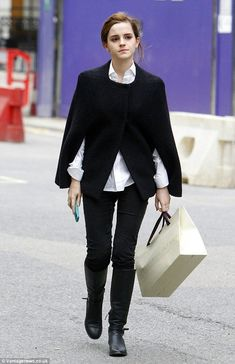 Emma Watson Street Style - Shopping Around Bond Street in Central London - December 2015 Emma Watson Outfits, Emma Watson Style, Emma Watson Casual, Street Style Shop, Looks Dark, Le Jolie, Star Fashion, Fashion Black, Fashion Fashion