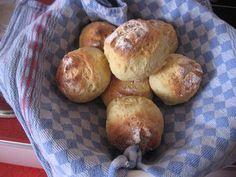 Quark und Ei machen diese Quarkbrötchen so unvergleichlich saftig und luftig. Und das Beste: Sie brauchen nur 30 Min. Zeit, den Rest erledigt der Backofen. Pretzel Bites, Muffins, Bread, Dips, Oven, Finger Food, Food And Drinks, Ww Recipes, Muffin