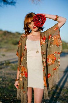 Looking for beautiful ways to wear a kimono to change things up? Find a full photo gallery to wear a kimono to get inspired. Pick your style today. Kimono Outfit, Kimono Fashion, Boho Fashion, Desert Fashion, Kimono Jacket, Style Fashion, Looks Boho Chic, Look Boho, Bohemian Kimono