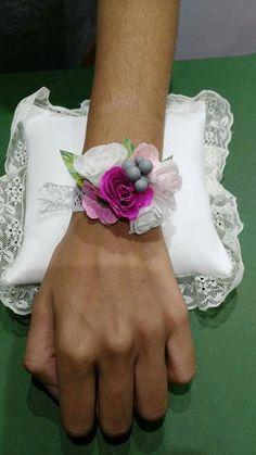 Pulsera con flores de papel para damas de honor