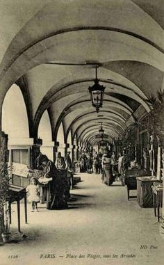 La place des Vosges en 1900 - we were here 99 years later, and it still looks the same. Wonderful food at a restaurant under the arches. Old Paris, Vintage Paris, Belle Epoque, Old Pictures, Old Photos, Paris France, Lyon, Monuments, Paris Cafe