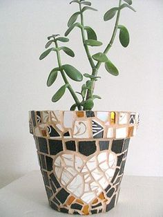 mosaic planter made a few years back by a previous pinner. Mosaic Planters, Mosaic Garden Art, Mosaic Vase, Mosaic Flower Pots, Ceramic Flower Pots, Mosaic Diy, Mosaic Crafts, Mosaic Projects, Mosaic Tiles