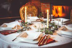 Jak przygotować Wigilię? Planowanie kolacji Table Settings, Table Decorations, Furniture, Home Decor, Decoration Home, Room Decor, Place Settings, Home Furnishings, Home Interior Design