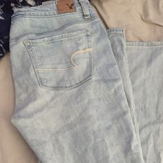 American Eagle Ripped Skinny Jeans Light wash! Never worn. Easily fits a 6 or 8 American Eagle Outfitters Jeans Skinny