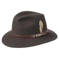 Sombrero de lujo con el exclusivo tejido de lana VitaFelt. Es 100% repelente al agua y a  la suciedad (incluido el aceite). Tiene un tejido suave y es diferente por la flexibilidad que alcanza a la hora vestirlo. Adornado con una cinta de cuero con impresiones  de piel de cocodrilo, hace de este sombrero una pieza única y elegante de Stteson.
