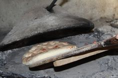 #PaineLaTest - In multe zone din sudul tarii, inca se mai pastreaza obiceiul coacerii painii la test, un cuptor din argila rosie, sub forma de clopot