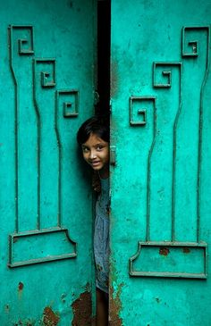 Bright aqua or turquoise door in India We Are The World, People Around The World, Around The Worlds, Cool Baby, Taj Mahal, Schmuck Design, Incredible India, Belle Photo, Street Photography