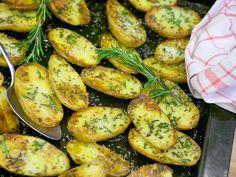 Solo oder als Beilage: Rosmarinkartoffeln schmecken herrlich würzig. Wir zeigen Schritt für Schritt, wie die mediterrane Köstlichkeit vom Blech gelingt.
