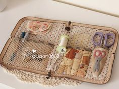 mini sewing kit in a eyeglass case - I think Sewing Hacks, Sewing Tutorials, Sewing Crafts, Sewing Projects, Japanese Patchwork, Japanese Bag, Sewing Caddy, Sewing Kits, Needle Book