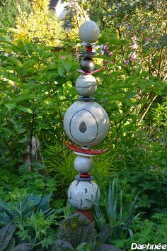 """totem jardin   Petit oiseau sur un nid de coupelles au """"Raku"""" devant le Phlomis ..."""