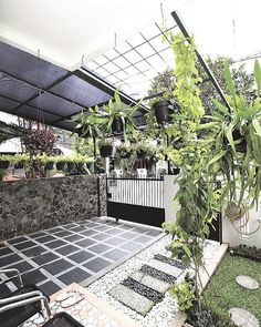 Hiasi carport dengan tanaman gantung agar tampilannya tak kaku. Carport sederhana jadi tampak wah! . Penulis Emilia Nuriana @emilianuriana mendapatkan inspirasi carport cantik ini di kediaman Dina Wadito, BSD City, Tangerang Selatan. Hasil inspirasi itu didokumentasikan oleh fotografer Jou Endhy @jou_endhy . #tabloidrumah #carport #carportlife #carportdesign #carportdecor #homedecor #homedesign #housedecor #housedesign