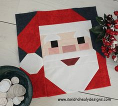 SantawithCoins Christmas Sewing Projects, Make A Table, Christmas Pillow, Table Toppers, Quilt Making, Quilting Projects, Quilt Blocks, Quilt Patterns, Pattern Design