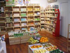 Tienda ecológica hecha con cajas de fruta.