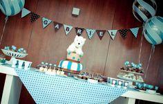 Chá de bebê menino, com ursinhos e com cores predominantes azul e marrom.