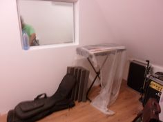 Isolamento acústico.  Estúdio com paredes acústicas, acabamento com tinta PVA.