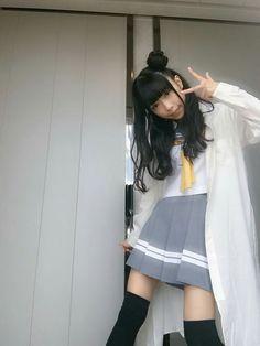 制服でヨハネポーズをする小林愛香