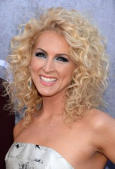Kimberly Schlapman Shoulder Length Blonde Curly Hairstyle for Summer