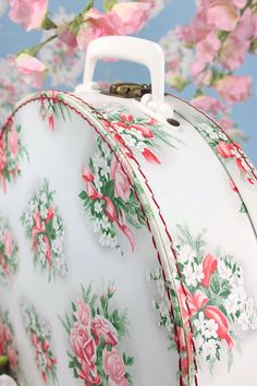 Vintage Home - Delightful French Floral Suitcase.I'd love this in my shabby… Rose Cottage, Shabby Chic Cottage, Vintage Shabby Chic, Shabby Chic Homes, Vintage Love, Shabby Chic Decor, Cottage Style, Vintage Decor, Vintage Floral