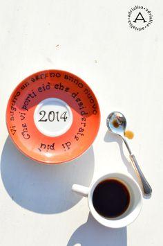 piattino di augurio per il 2014 su fondo rosso