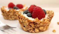 Berry Oatmeal Yogurt Cups - Recipes - Women& Health-Beerige Haferflocken-Joghurt-Cups – Rezepte – Women's Health Yogurt-oatmeal cups with berry topping - Oatmeal Yogurt, Oatmeal Cups, The Oatmeal, Baked Oatmeal, Breakfast Desayunos, Breakfast Recipes, Brunch Recipes, Health Breakfast, Snacks Recipes