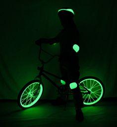 Vous aimez rouler dans le noir ou vous êtes obligés? Par sécurité, peignez le cadre de votres vélo ou l'intérieur des roues avec de la peinture phosphorescente. Astuce Paint Trade Centre www.painttrade.be