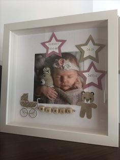 Mit einem tiefen Rahmen kann man mehr als nur ein Foto schön rahmen. With a deep frame you can frame more than just a photo. You can let your creativity run wild and decorate a few extra Baby Pictures, Baby Photos, Baby Crafts, Diy And Crafts, Diy Bebe, Baby Frame, Baby Box, Baby Keepsake, Frame Crafts