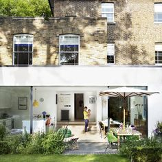 Not a fan of modern house extensions that just look like a modern box stuck on the side of a house. Extension Veranda, Glass Extension, Rear Extension, Extension Ideas, Victorian Terrace, London House, House Extensions, Modern Colors, My Dream Home