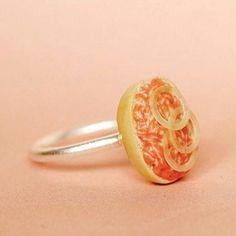 Du hast da etwas Mett am Finger, Schatz. - Ja, ich weiß! Schick, ne? Der Mettbrötchen-Ring ist ein echtes Schmuckstück und wird in Aachen handgefertigt.