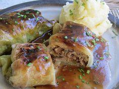 Vegetarische Kohlroulade mit Kartoffelpüree/Cabbage rolls stuffed with mushrooms with potato/celery puree.