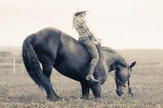 Shooting Western octobre 2016 Marion et Phéa à genou Licol de monte *Farm* et ceinture cuir par Fairy Horse Photographie par Xavier Ambs