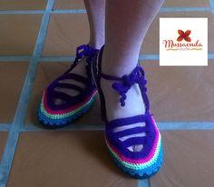 Calzado casual para damas hecho a mano en la técnica de crochet. Por #MussaendaCroche. www.facebook.com/... www.instagram.com... twitter.com/... #moda #estilo #crochet #hechoamano #Venezuela #fashion #style #handmade #crochetshoes #zapatosparadamas #womenshoes