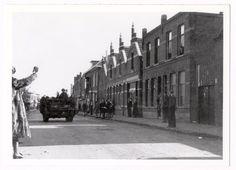 Rechts de winkel van bakker A.J. Rops op Molengrachtstraat 20. Molengrachtstraat later Poolseweg en vervolgens Generaal Maczekstraat. Datering oktober 1944.