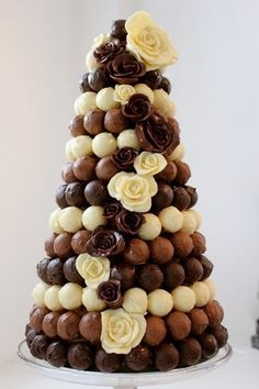 This creative wedding cake alternative is a must-have for chocaholics! #chocolate #weddinginspo