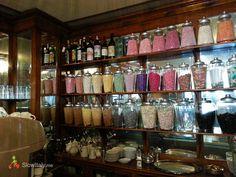 Caffe Al Bicerin - Torino - interno - Fondata nel 1763, questa famosa casa di caffè-cioccolato era originariamente solo un piccolo negozio, un luogo discreto arredate in modo semplice con tavoli e panche in legno. Tuttavia, all'inizio del 1800 il posto è stato ristrutturato con legno ornato di specchi, mentre i tavoli semplici sono stati sostituiti con eleganti tavoli con il piano in marmo-