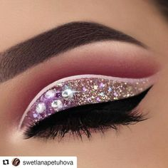 """Gente que pedras são essas! Quero também 😢😍 #Repost @swetlanapetuhova with @repostapp  ・・・  Glitter Cut Crease inspired by @ashleighrenelle 😍 she's so talented! ❤️ Products:  @anastasiabeverlyhills dipbrow in ebony  @hudabeauty rose gold palette """"maneater"""", """"bossy"""" and """"sandalwoco""""  @sigmabeauty line ace """"endorce""""  @_glittereyes_ new chunky glitter in """"jingle bells"""" ✨  @tartecosmetics tarteist eyeliner"""