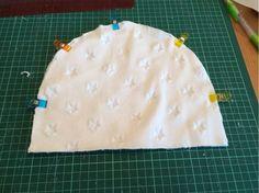 Hej igen! Här kommer äntligen den efterlängtade tut:en på hur man syr en mössa.I ett tidigare inlägg har jag visat hur man ritar ett eget mönster till en mössa. Nu är det dags att klippa efter den…
