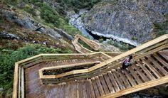 Os passadiços do Paiva estão de volta Places In Portugal, Visit Portugal, Arouca Portugal, Rio, Garden Bridge, Portuguese, Geology, Travel Guides, Beautiful Places