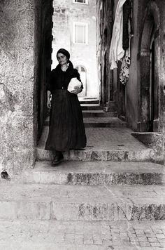 Scanno, a small town for great photographers: Pepi Merisio 1969 Bw Photography, Vintage Photography, Street Photography, Rare Images, Black Silhouette, Great Photographers, Photo Black, Vintage Italian, Vintage Pictures