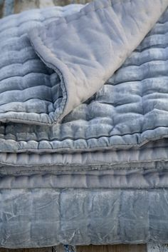 Plaid in velours met linnen in een ijsblauwe tint.