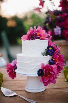 Torty weselne zdobione kwiatami - inspiracje  fot. Rad + In Love  Więcej na blogu Madame Allure!