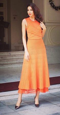 Hoa hậu Phạm Hương tiếp tục gây thiện cảm với gu thời trang thanh lịch, rất dịu dàng với chiếc váy màu cam dài xếp ly đơn giản.