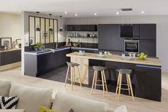 Idéale pour la cuisine, on intègre une verrière selon ses envies de style et ses besoins. Que ce soit pour laisser passer la lumière, s'ouvrir sur l'extérieur, créer une ouverture moderne ou s'enfermer avec légèreté. Toutes les combinaisons sont possibles… ou presque !