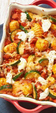 """Dieses Gnocchi Gratin überzeugt durch die Kombination aus Zucchini, Ricotta, Cabanossi und Tomaten. Mit Käse überbacken wird es unwiderstehlich lecker. Der Würz-Mix aus der """"Ideen vom Wochenmarkt""""-Reihe mit Kräutern und Gewürzen verleiht dem Gericht seine typische Note."""