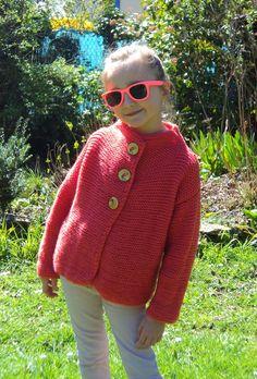 Bonjour! Alors en ce joli matin de printemps, voici un petit modèle à tricoter pour nos puces, parfait pour cette belle saison! Il s'agit d'un petit gilet/veste tout en point mousse ave…