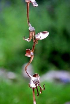 15 Gorgeous DIY Rain Chain Ideas For Creative Way To Decor Your Home — Design & Decorating – garden design Garden Crafts, Garden Projects, Garden Ideas, Diy Projects, Rack Pallet, Jardin Decor, Silverware Art, Recycled Silverware, Gardening Gloves